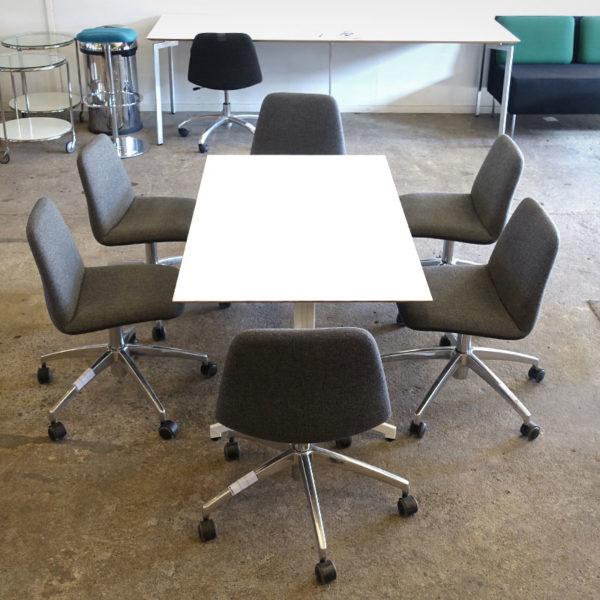 Låga konferensstolar och lågt konferensbord