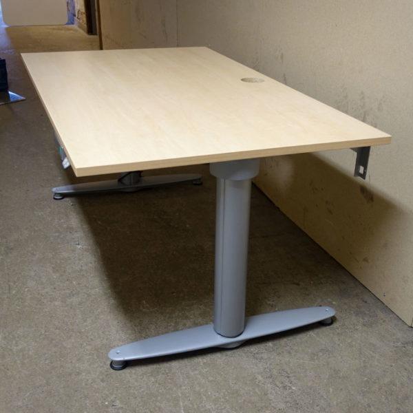 Begagnade eldrivna skrivbord Kinnarps