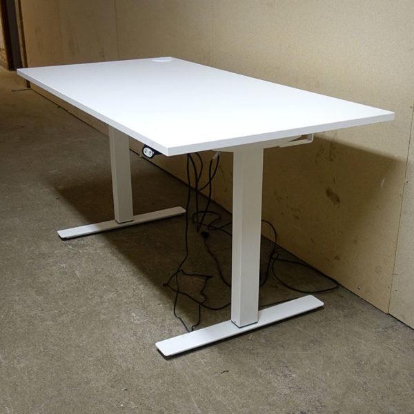 Begagnade eldrivna skrivbord i vitt 140 cm