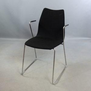 Begagnade svarta stolar med armstöd