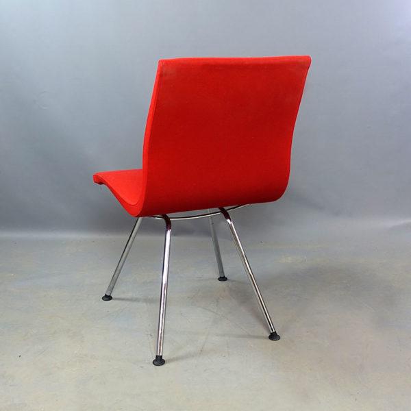 Begagnade stolar i rött tyg