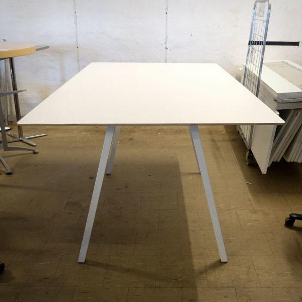 Begagnat högt konferensbord i vitt
