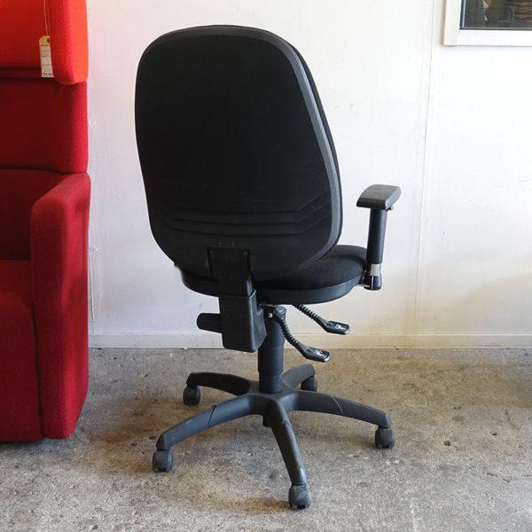 Begagnade svarta kontorsstolar med armstöd