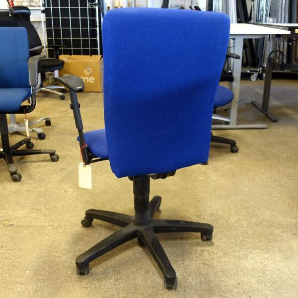 Begagnade blåa kontorsstolar