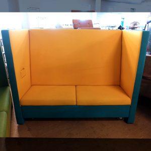 Begagnad blågul soffa med hjul