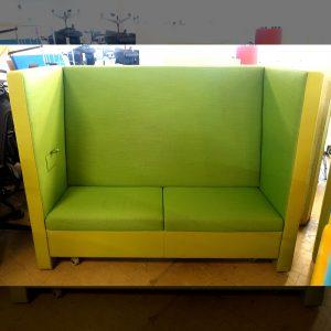 Begagnad grön soffa med hjul