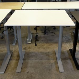 Begagnade eldrivna skrivbord Kinnarps 100x80 cm