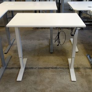 Begagnade vita eldrivna skrivbord 100x60 cm