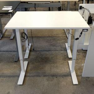 Begagnade vita eldrivna skrivbord 100x70 cm
