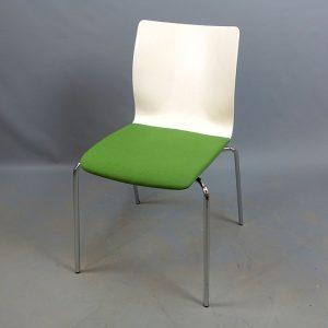 Begagnade vita stolar med grön sits