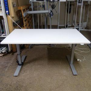 Begagnat eldrivet skrivbord 140x80 cm