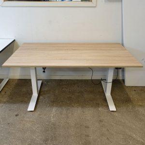 Begagnat eldrivet höj- och sänkbart skrivbord 140x80 cm